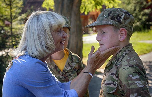Родственники навещают детей, закончивших подготовку в украинском добровольческом батальоне «Азовец»