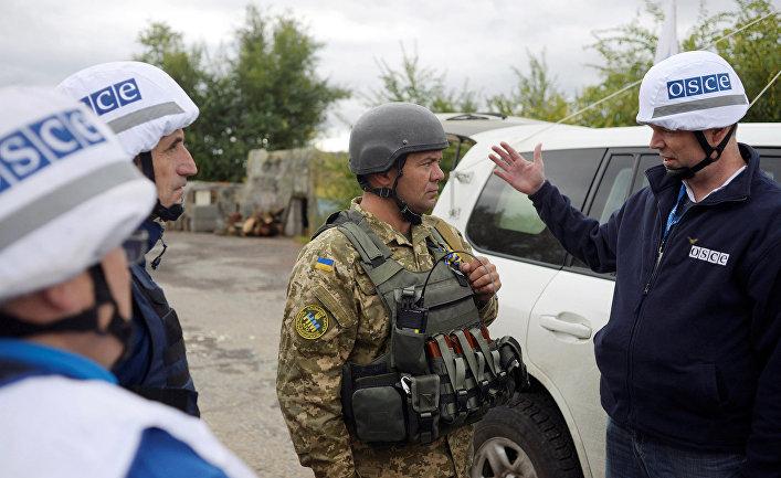 Члены ОБСЕ в городе Золотое в Луганской области