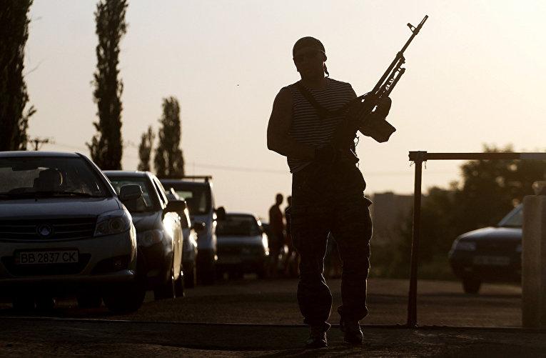 Пророссийский боевик на украинско-Российской границе в Луганской области