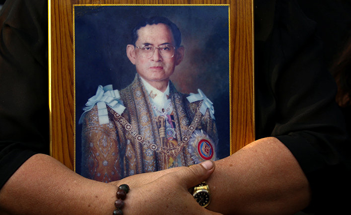 Портрет покойного короля Таиланда Пумипона Адульядета в Бангкоке