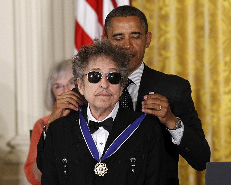 Президент США Барак Обама награждает Боба Дилана Президентской медалью Свободы