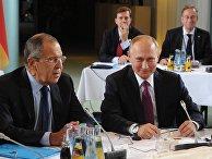 Президент РФ Владимир Путин и министр иностранных дел РФ Сергей Лавров во время встречи «нормандской четверки»