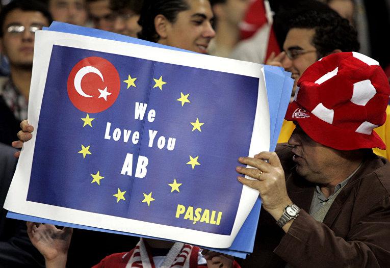 Турецкие футбольные фанаты с транспарантом, на котором написано: «Мы любим тебя ЕС»