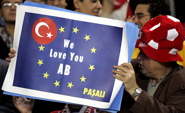 Турецкие футбольные фанаты с транспарантом, на котором написано: «Мы любим тебя, ЕС»