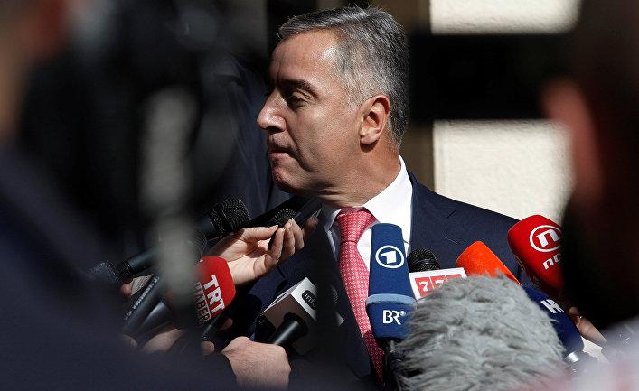 Премьер-министр Черногории Мило Джуканович выступает перед СМИ