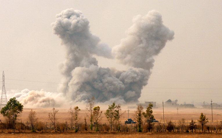 Дым на месте авиаударов ВВС США в окресностях Мосула