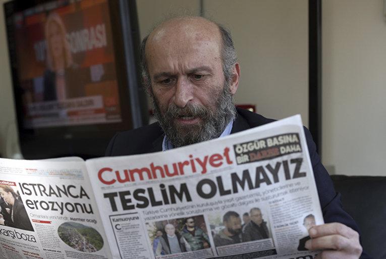 Шеф бюро Cumhuriyet Эрдем Гюль в Анкаре с последним выпуском газеты, заголовок гласит «Мы не сдадимся»