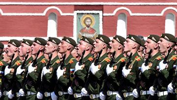 Российские военнослужащие на военном параде победы на Красной площади в Москве