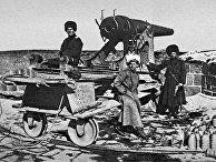 Русские солдаты на привале около боевого орудия