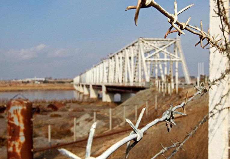 Мост через реку Амударья, соединяющий территории Узбекистана и Афганистана