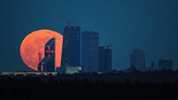 """Полнолуние над Московским международным деловым центром """"Москва-Сити"""""""