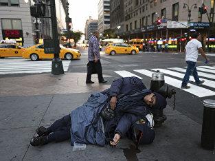 Бездомный на одной из улиц в Нью-Йорке