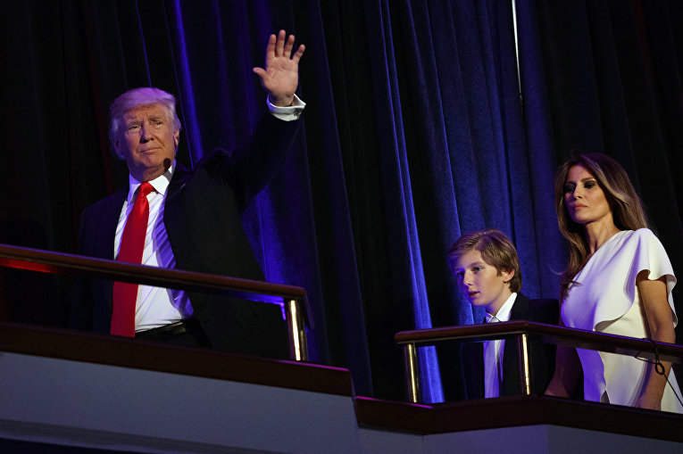 Избранный президент США Дональд Трамп с супругой Меланьей и сыном Барроном перед выступлением в Нью-Йорке