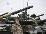 Президент Украины Петр Порошенко во время церемонии передачи военной техники для вооруженных сил Украины