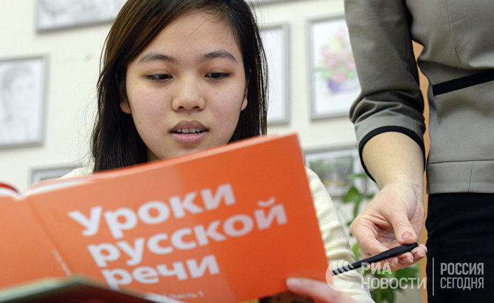Учащаяся вечерней школы № 90 во время урока русского языка