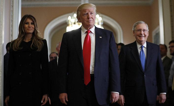 Избранный президент США Дональд Трамп, его жена Мелания и сенатор от штата Кентукки Митч Макконнелл