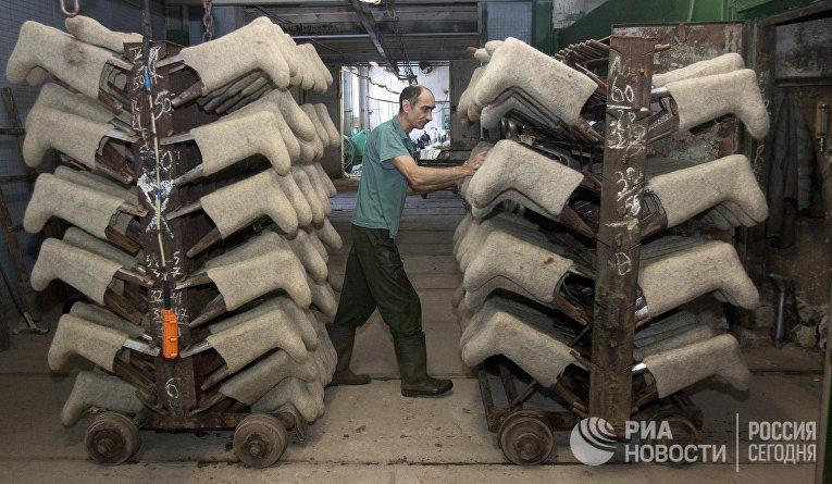 Производство валенок на Смиловичской валяльно-войлочной фабрике в Белоруссии