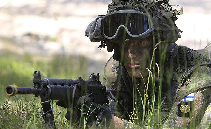 Солдат вооруженных сил Финляндии во время учений НАТО