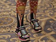 Носки с изображением кандидата в президенты США Дональда Трампа на молодом человеке