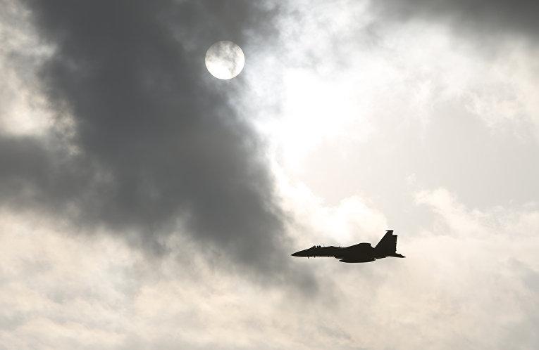 Самолет F15 ВВС США взлетает с авиабазы «Кадена» на острове Окинава