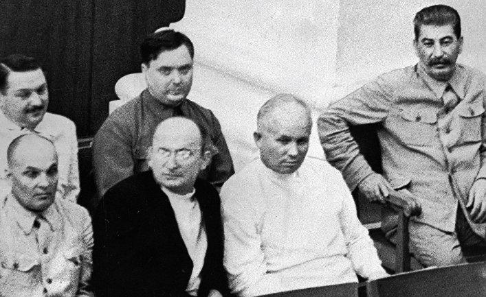 Иосиф Сталин, Никита Хрущев, Лаврентий Берия, Матвей Шкирятов, Георгий Маленков и Андрей Жданов