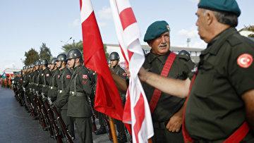 Турецкие военные принимают участие в военном параде в северной части Никосии, Кипр