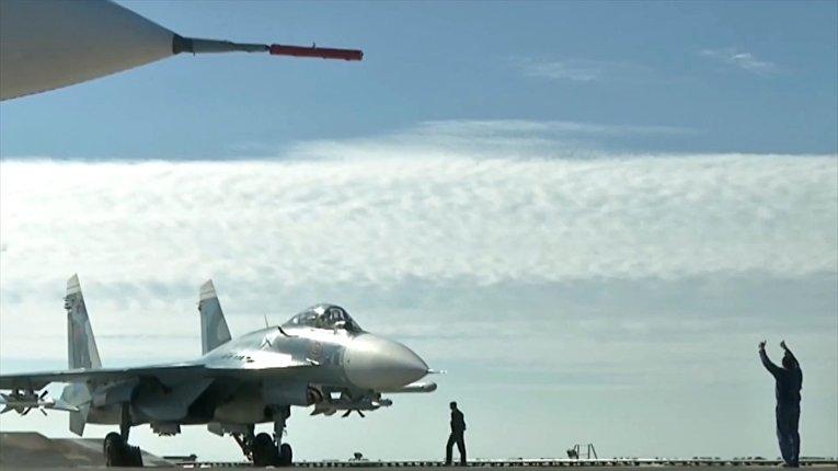 Истребитель Су-33 перед взлетом с палубы крейсера «Адмирал Кузнецов» у берегов Сирии