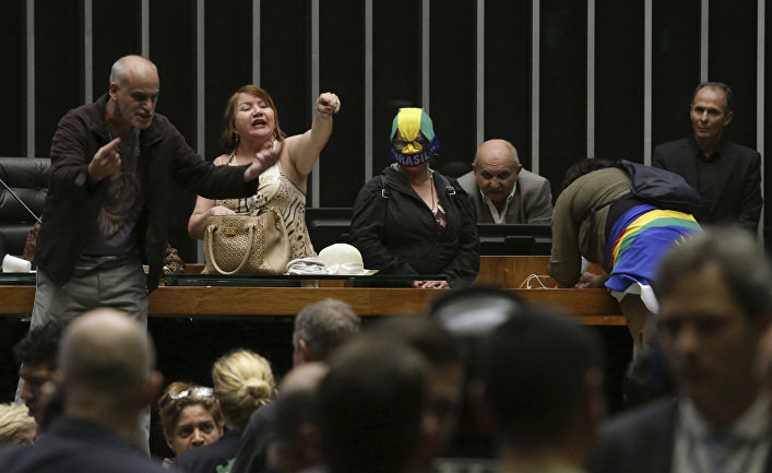 Группа людей, призывающих к военному перевороту в зале заседаний Палаты депутатов в Бразилии