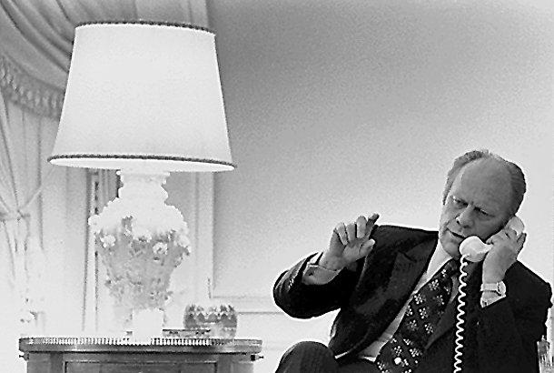 Президент США Джеральд Форд беседует с госсекретарем Генри Киссинджером