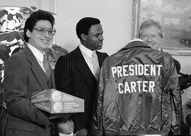 Президент США Джимми Картер (справа) в Белом доме