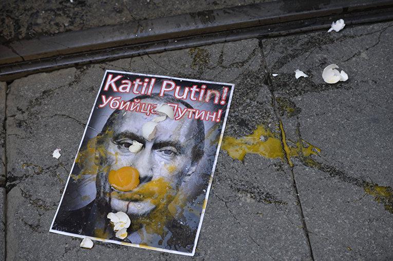 Портрет президента России Владимира Путина во время акции протеста