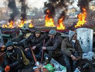 Сторонники оппозиции на баррикаде на улице Институской в Киеве