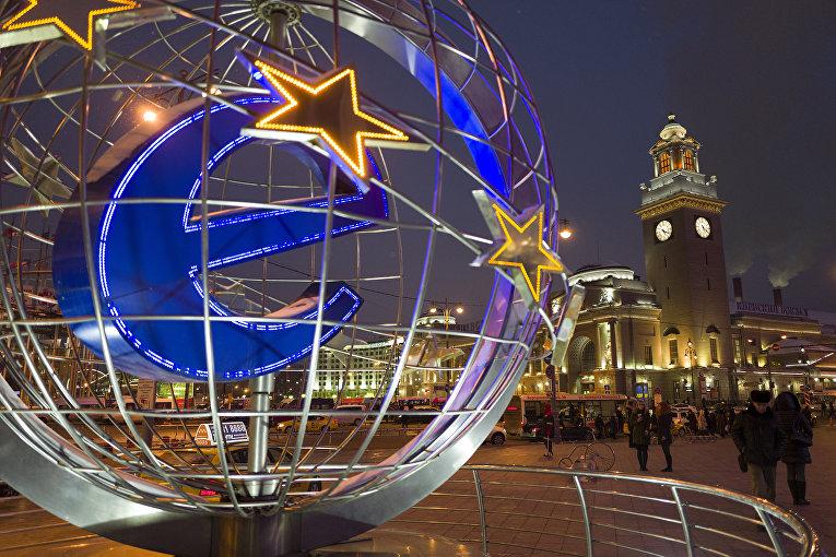 Вращающаяся буква «е» на площади перед ТЦ «Европейский» в Москве