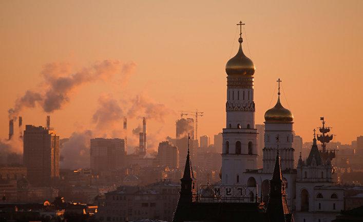 Вечерняя Москва. На первом плане ГУМ и колокольня Ивана Великого в Кремле