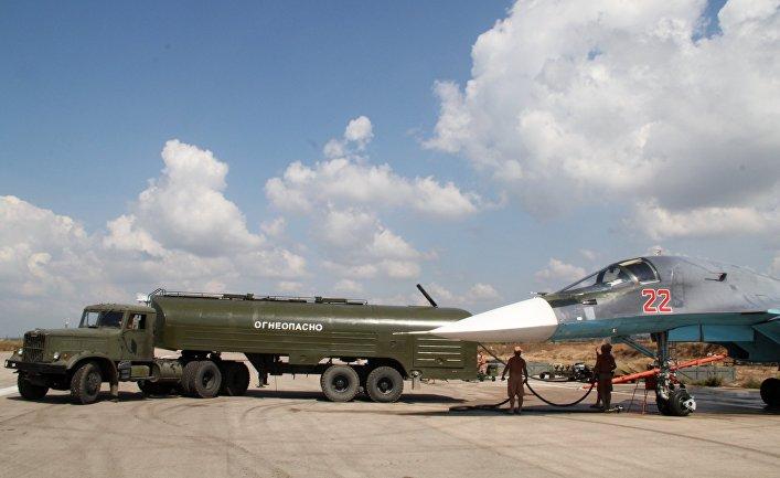 """Заправка российского истребителя-бомбардировщика Су-34 на авиабазе """"Хмеймим"""" в Сирии"""