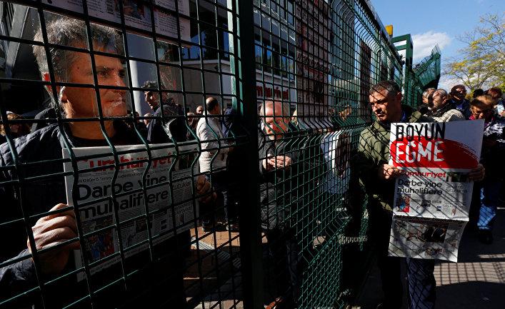 Акция протеста сторонников Cumhuriyet у офиса газеты в Стамбуле