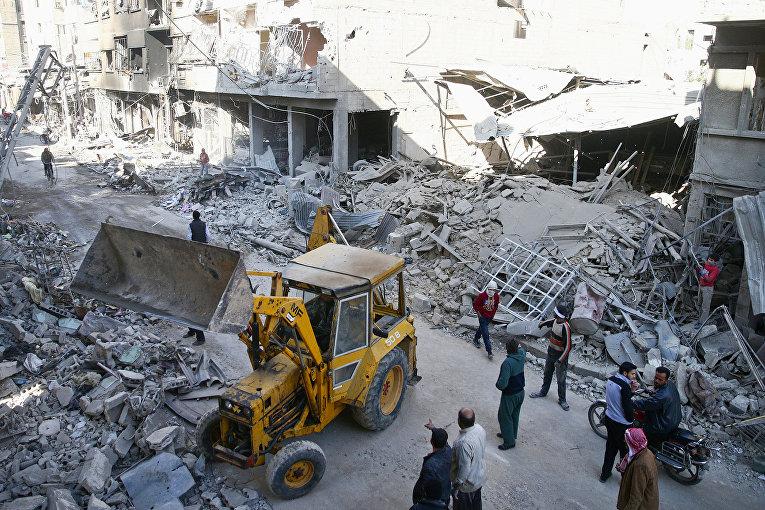 Руины зданий после авиаударов в Дамаске