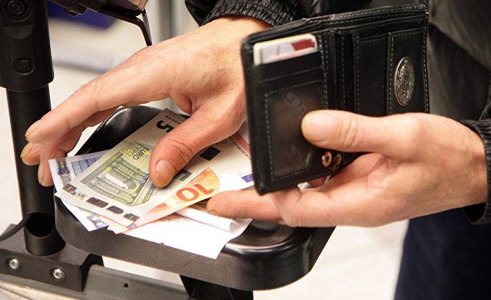 Покупатель расплачивается в одном из магазинов в Вильнюсе