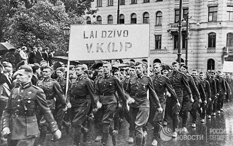 Демонстрация, посвященная принятию Латвии в состав СССР