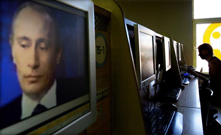 Изображение Владимира Путина на экране компьютера в интернет-кафе