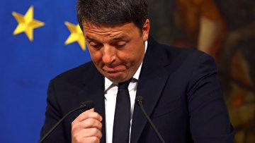 Премьер-министр Италии Маттео Ренци во вермя специально созванной пресс-конференции по итогам референдума в Италии