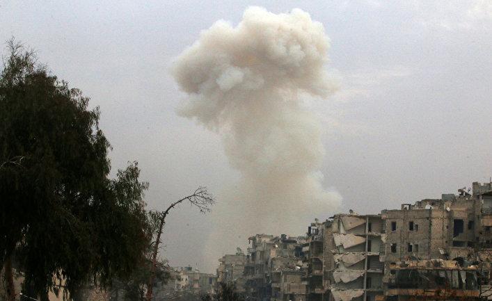 Дым после авиаударов по повстанцами в восточной части Алеппо