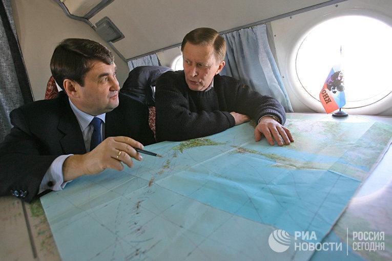 Первый вице-премьер правительства РФ Сергей Иванов в самолете перед посещением острова Итуруп