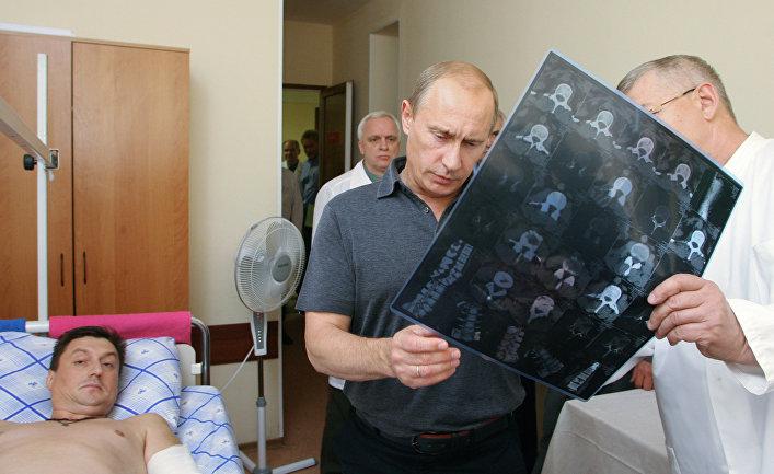 Премьер-министр РФ посетил в госпиталях летчиков, чьи самолеты были сбиты во время военной операции в Грузии