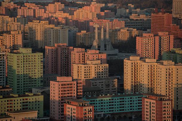 Монумент основателям партии и городская застройка Пхеньяна