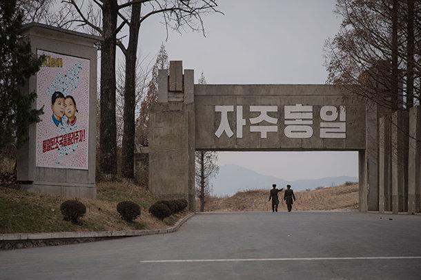 Солдаты Корейской народной армии в демилитаризованной зоне в Пханмунджоме