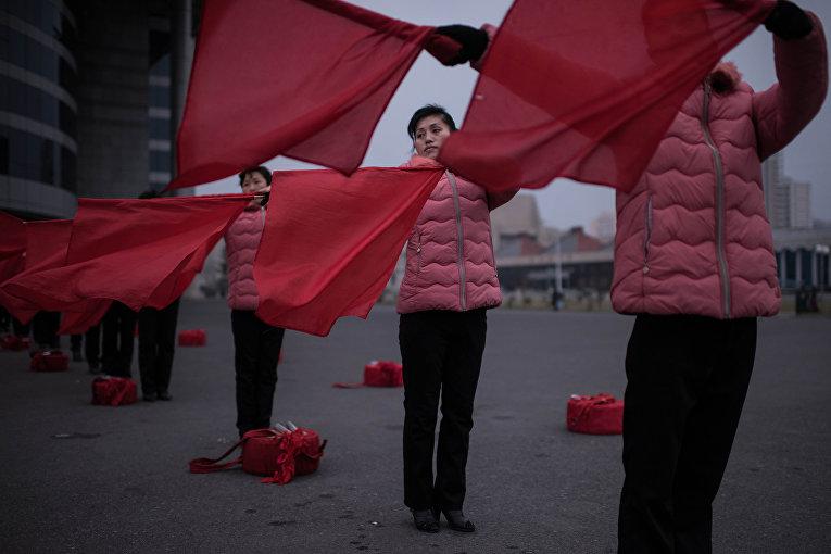 Члены пропагандистской труппы в Пхеньяне