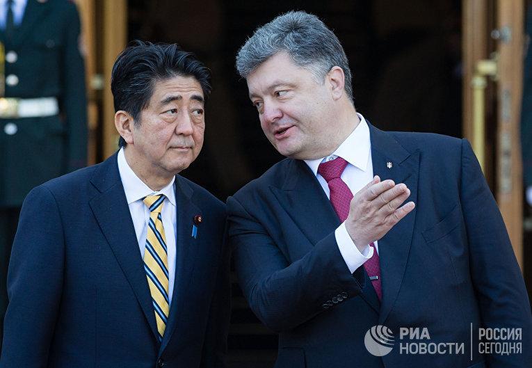 Президент Украины Петр Порошенко во время встречи встречу с премьер-министром Японии Синдзо Абэ