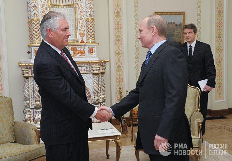 Владимир Путин во время встречи с президентом компании «Экссон Мобил» Рексом Тиллерсоном