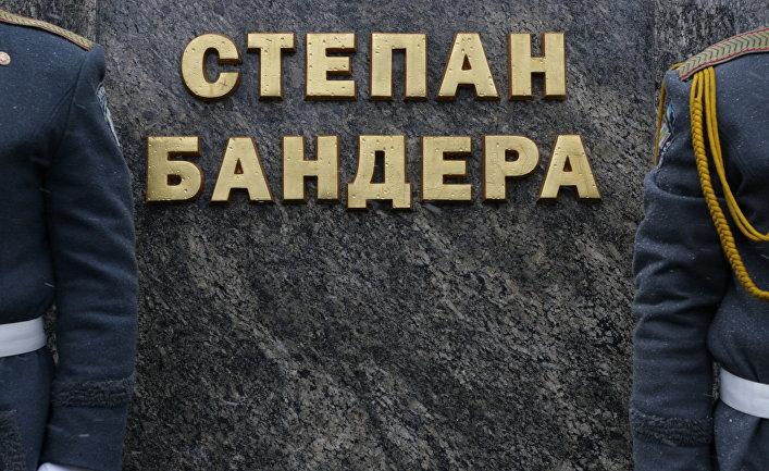 Церемония возложения цветов от областной и городской власти к памятнику Степану Бандере